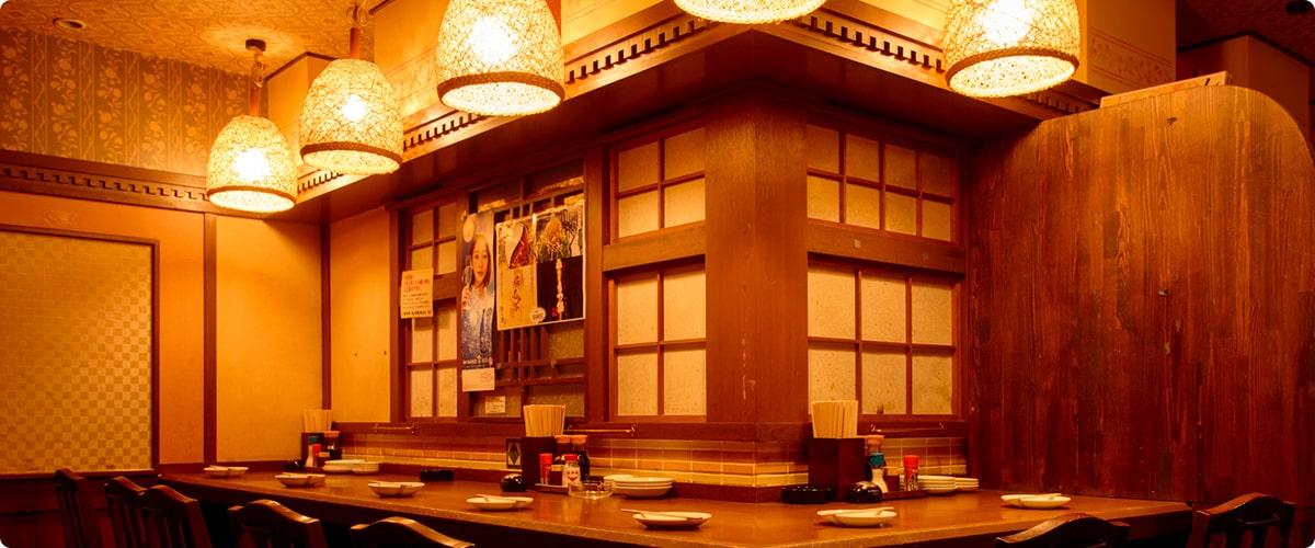 画像:しょうきの店内の様子。木目調の店内に明るくライトアップされ、お皿お箸など用意されている。