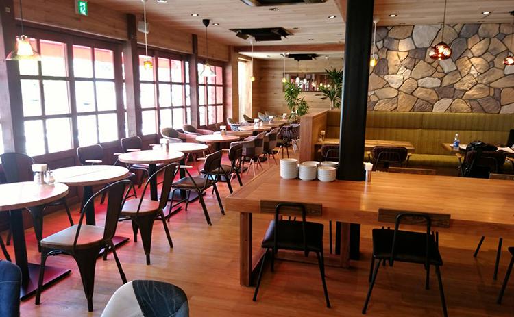 画像:木目のテーブルカウンター、木目の椅子が4席。カウンターには食材が見えるようにリーチインされている。